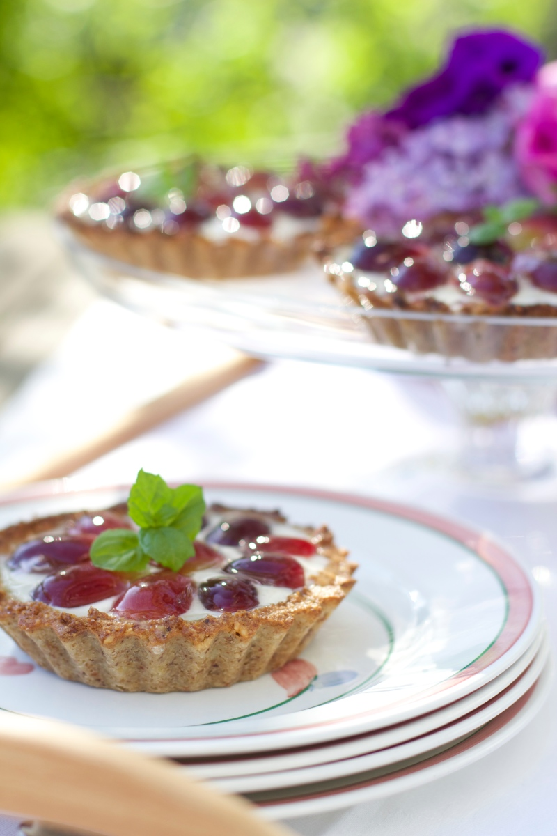 Tartlets with yoghurt Panna Cotta and grapes