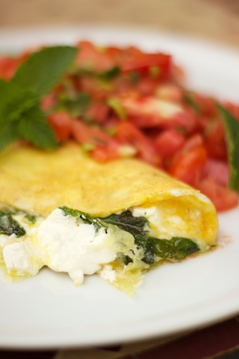 Creamy menthe omelet with tomato salad