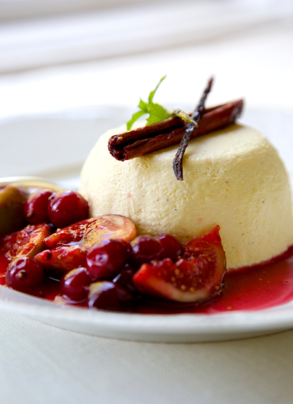 Bavarois with gooseberry and fig sauce, low-carb