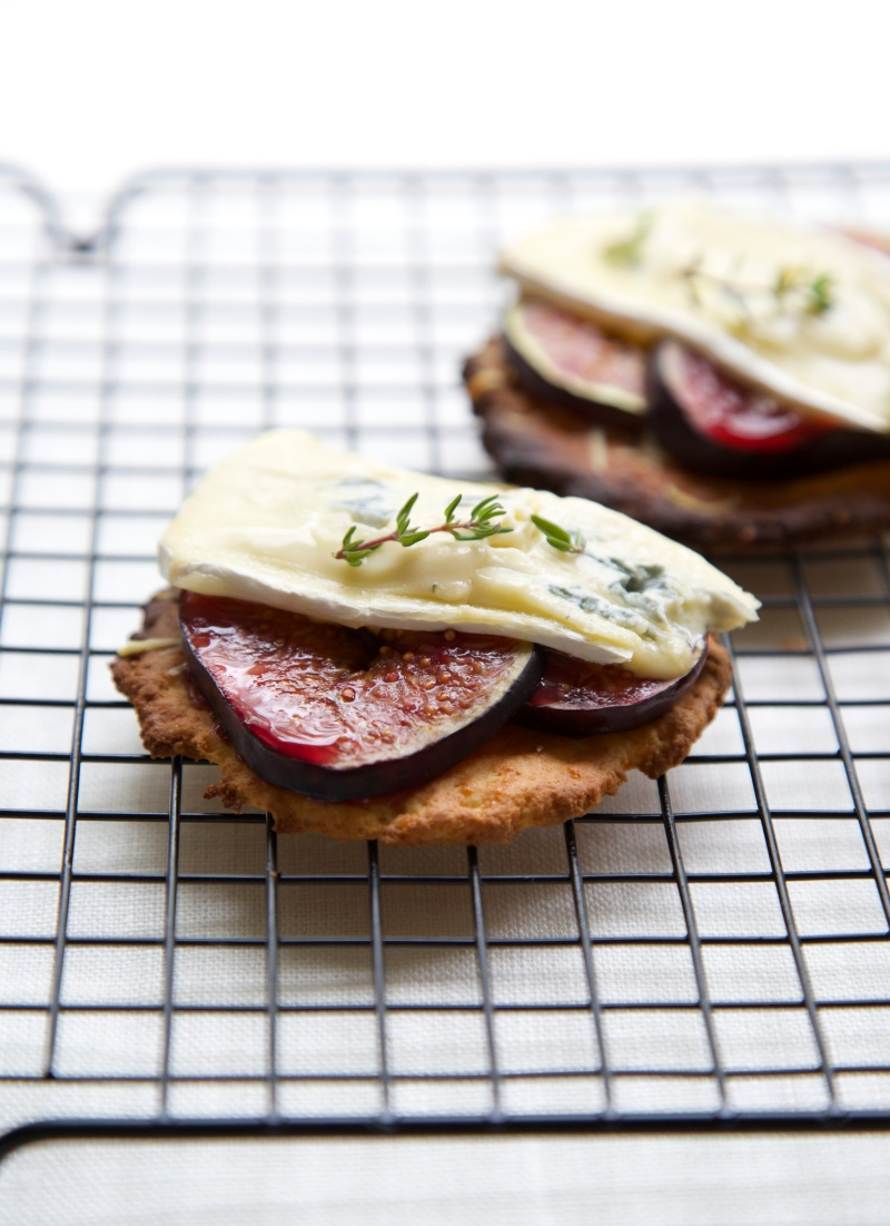Tartlets with grilled figs and blue cheese, low-carb and gluten free