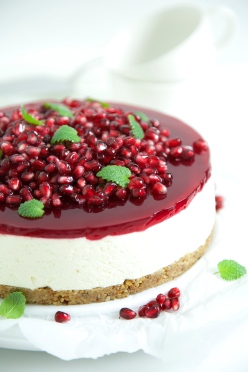 Lemon cheesecake with pomegranate and lemon balm; Low-carb, low GI and gluten free