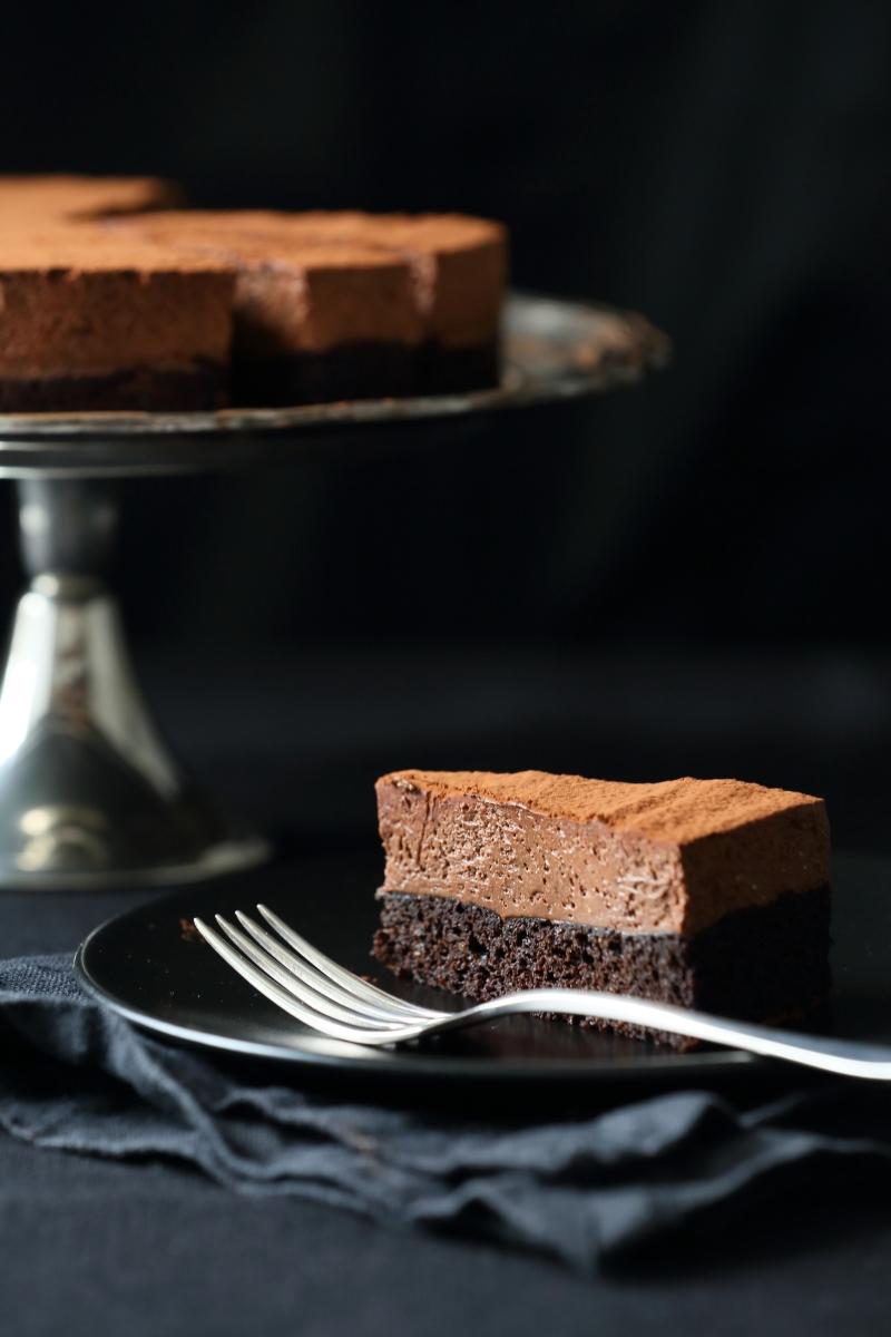 Sjokolademoussekake med mørk og myk bunn Utterly Rich Chocolate Mousse Cake with Dark and Soft Sponge Base